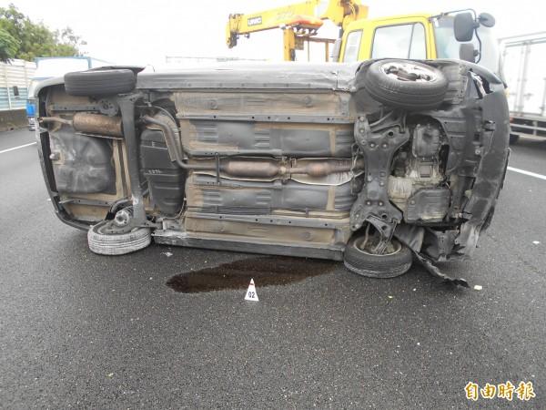 轎車擦撞國道內側護欄後側翻,車身嚴重毀損。(記者湯世名翻攝)