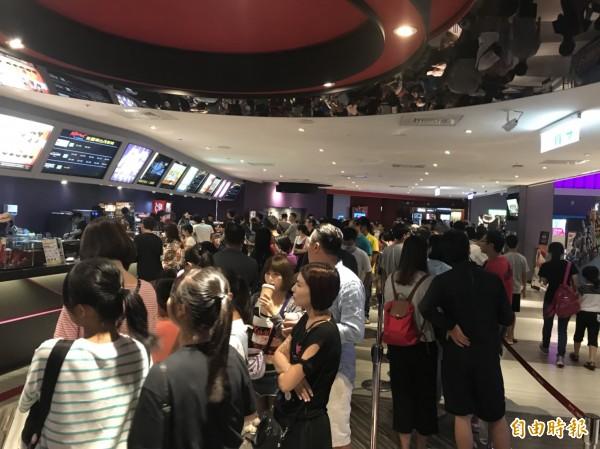 難得颱風假,台茂美麗華影城大排長龍,民眾看電影一票難求。(記者謝武雄攝)