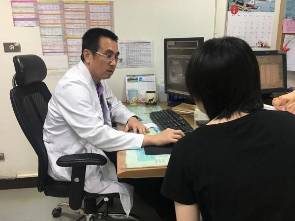 南投醫院外科主任李博彰(左)為病患看診檢查。(南投醫院提供)