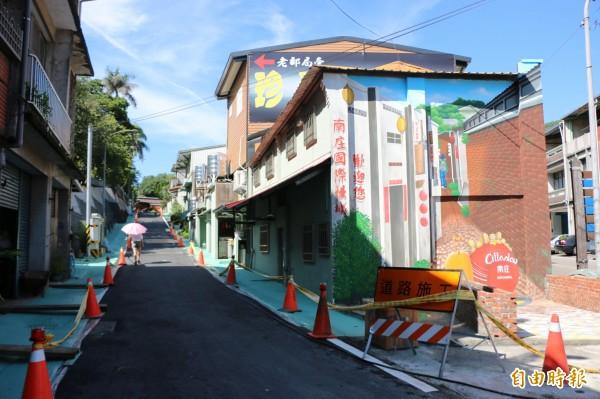 南庄鄉老街入口處增添彩繪的入口意象,文化路兩旁也增設人行步道。(記者鄭名翔攝)