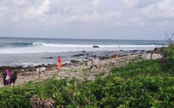 衝浪客10日衝颱風浪被勸離,引發正反議論。(記者蔡宗憲翻攝)