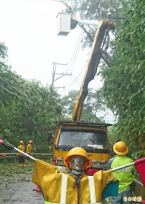 台電桃園區處工程人員於復興山區爬上爬下進行災後搶修。(記者李容萍攝)