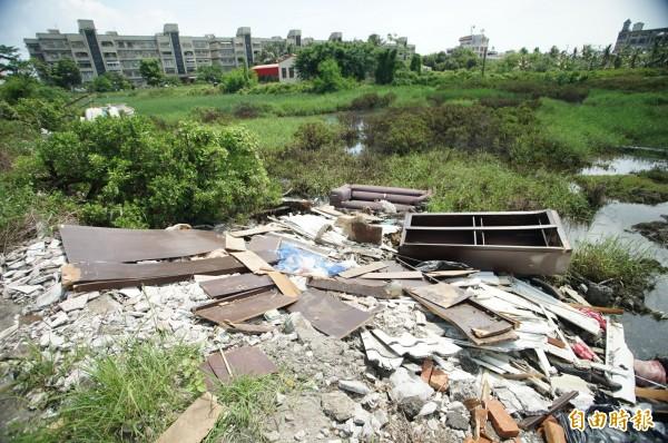昨天被丟棄的廢棄物已清走,但底下仍有許多廢棄物,顯然已成劣習。(記者陳彥廷攝)