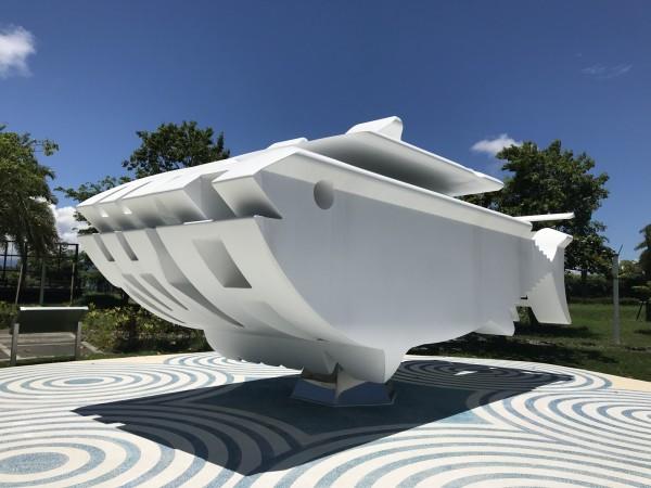 福田繁雄的鮪魚雕塑「游」到大鵬灣,而且還變更大尾,長達600公分、寬250公分、高250公分。(記者陳彥廷翻攝)