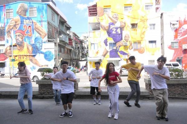 今年擴大全國街舞競賽,將呈現百人大型壁畫前尬街舞。(記者陳文嬋翻攝)