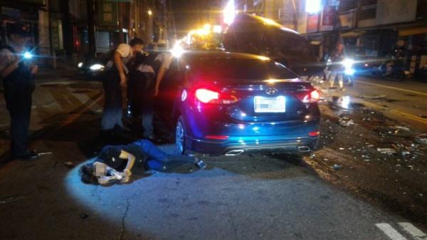 黃男酒駕拒檢闖紅燈逆向追撞3車受傷。 (記者陳文嬋翻攝)