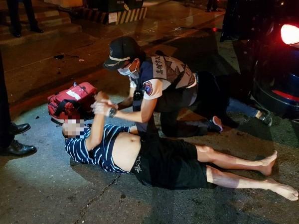 救護人員幫陳男包紮傷口,協助他送醫治療。(記者陳文嬋攝)