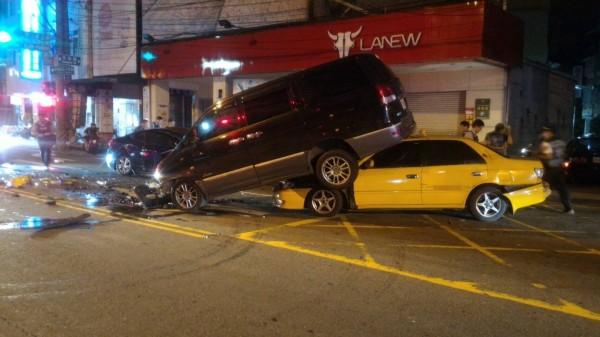 黑色廂型車壓在計程車上,撞擊力道猛烈。(記者陳文嬋翻攝)