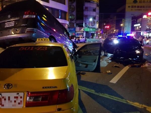 黑色廂型車壓在計程車上,車禍撞擊力道猛烈。(記者陳文嬋攝)