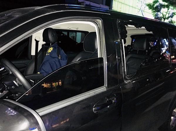 舞廳前又發生糾紛暴力,名貴賓士車慘被砸毀,車內還掛著一件義刑背心。(記者黃良傑翻攝)