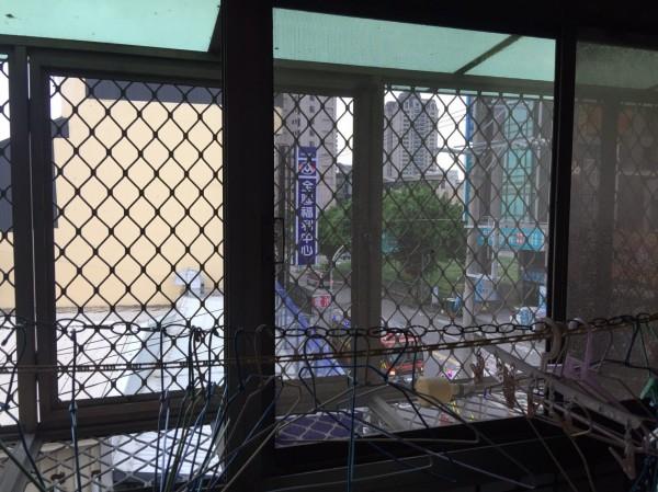 消防人員趕抵發現,廖家因昨天瑪莉亞颱風過境緊閉門窗,導致致通風不良造成一氧化碳中毒。(記者許國楨翻攝)