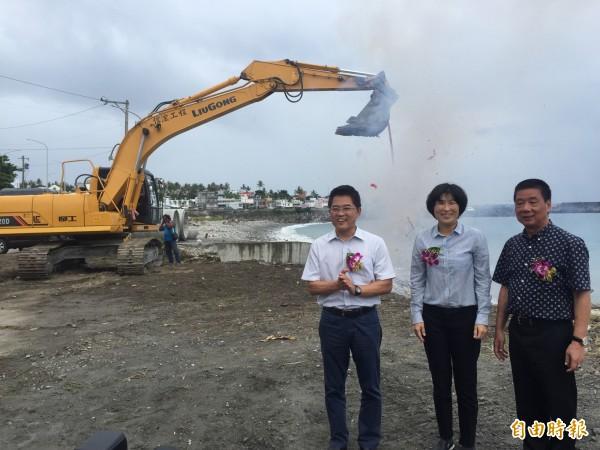 縣長黃健庭(左起)、議長饒慶鈴、市長張國洲見證富岡海堤景觀大道動工。(記者張存薇攝)