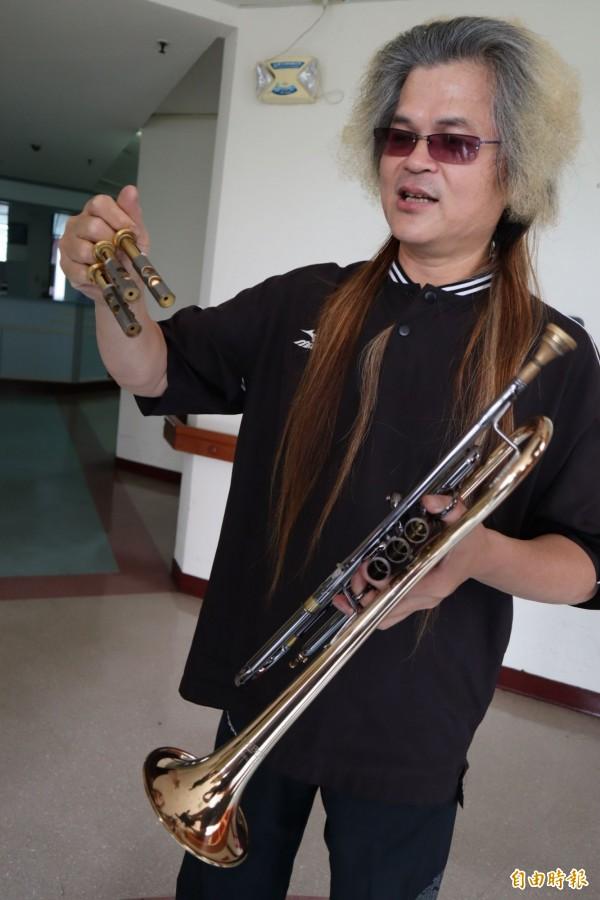 具有43年吹奏經驗的小喇叭教師張堯表示,每次吹完小喇叭都要將活塞等拆下甩乾。(記者歐素美攝)