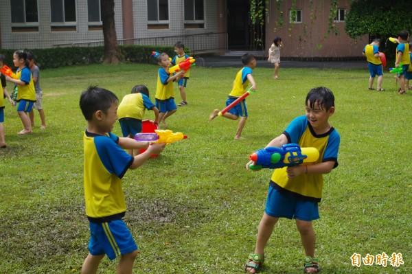 水球大戰讓小朋友留下歡樂回憶。(記者林國賢攝)