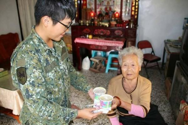 位在興仁的彈藥庫,接獲興仁里長王太平協助請求,為王蔡老奶奶送餐9個多月。(澎湖防衛指揮部提供)