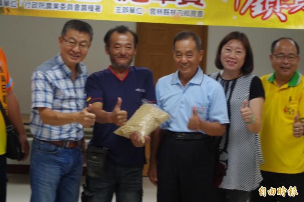 蔡文遠(左二)連續二年拿下冠軍米榮耀。(記者林國賢攝)