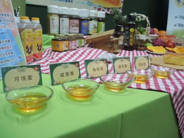 台北花博農民市集舉辦「蜂芒-夏日清涼野餐趴」,記者會中擺設市面常見具有濃郁風味的五種蜂蜜。(北市產業發展提供)