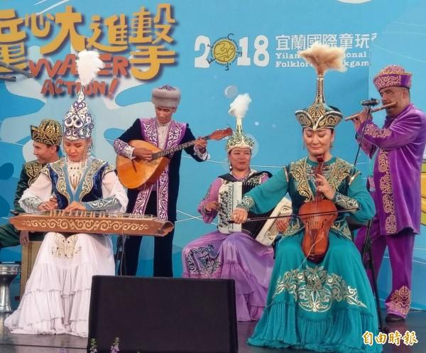 童玩節表演團隊哈薩克民俗團演出。(記者江志雄攝)