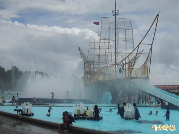 遊客入園後轉往戲水區玩水消暑。(記者江志雄攝)