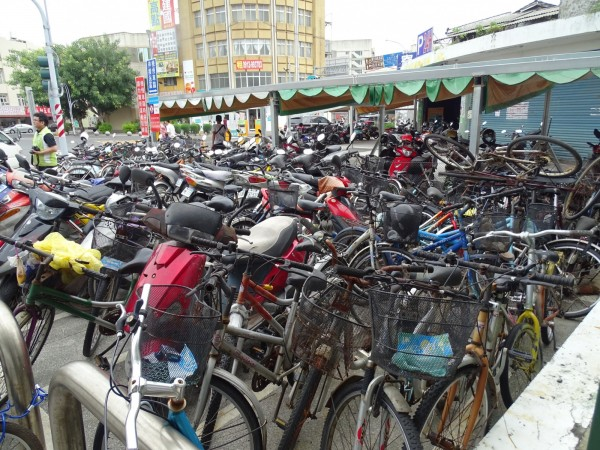 新營火車站北側機車、腳踏車隨意停置造成站前雜亂。(記者王涵平翻攝)