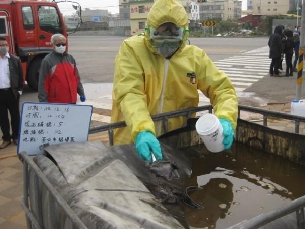 環保人員在貝克桶場址採樣。(環保署提供)