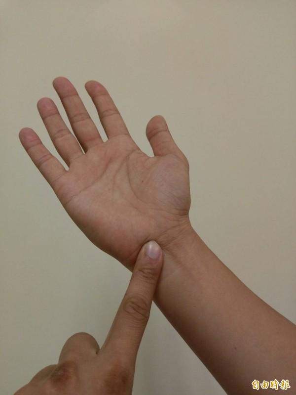 醫師指出,只要適當休息,就能讓腕隧道症候群緩解。手指處為腕隧道症候群發生的部位。(記者吳亮儀攝)