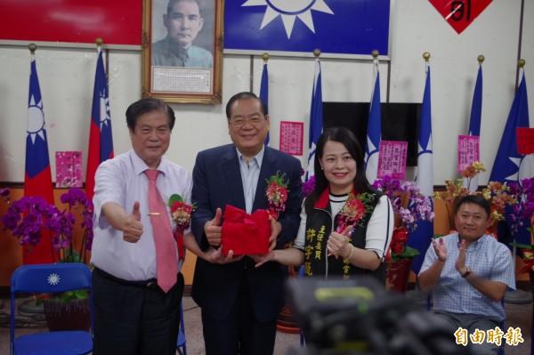 許宇甄(右)擔任國民黨雲林縣黨部主委,誓言找回人民的價值。(記者林國賢攝)