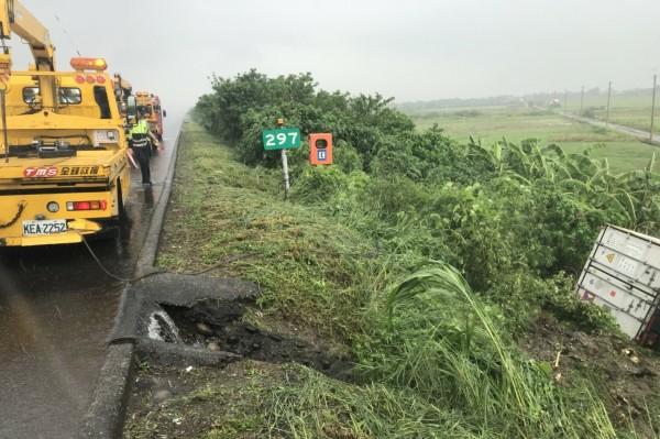 1輛貨櫃車今天下午2點多在中山高台南路段北向297公里下營處衝落國道邊坡。(記者楊金城翻攝)