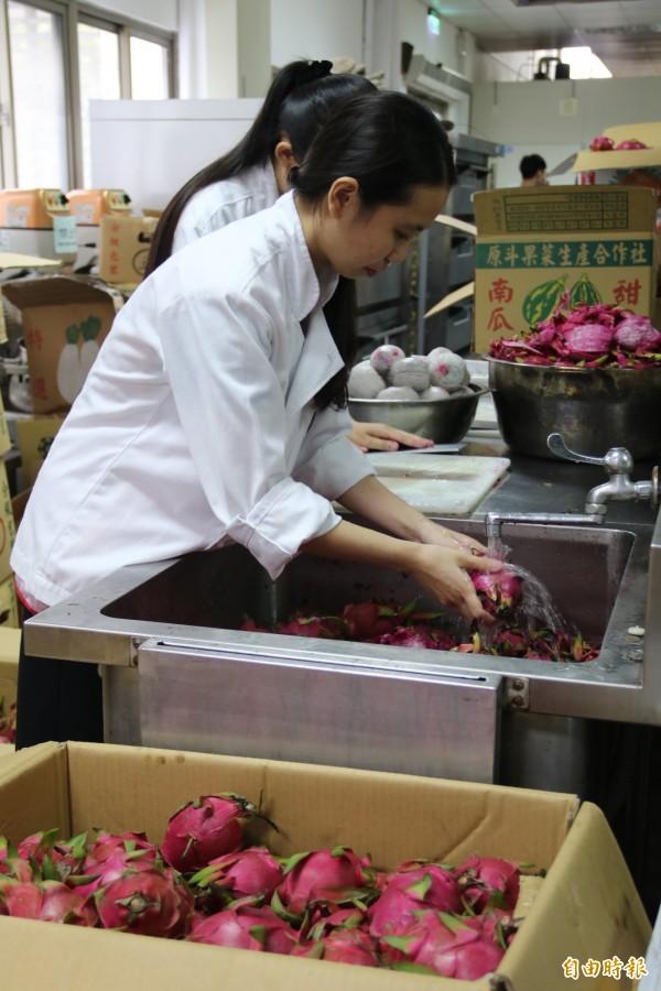 弘光幫助果農買10公噸的火龍果進行清洗加工。(記者張軒哲攝)