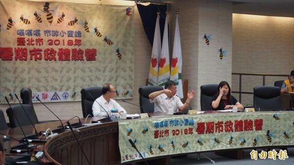 台北市長柯文哲參加國中、國小高年級學生舉辦的模擬市政會議。(記者蔡亞樺攝)