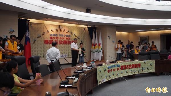 台北市長柯文哲參加國中、國小高年級學生舉辦的模擬市政會議,並頒發見習證書給參與的學生。(記者蔡亞樺攝)