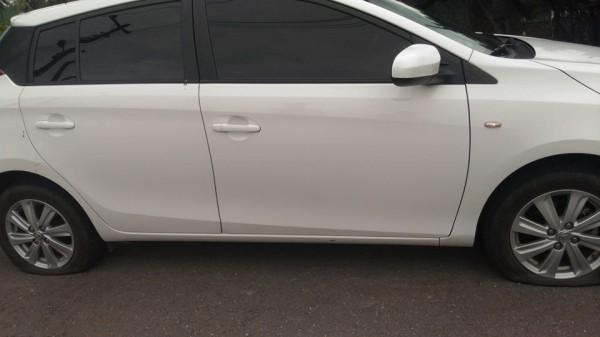 高雄市環保局人員的車輪被刺破。(記者黃佳琳翻攝)