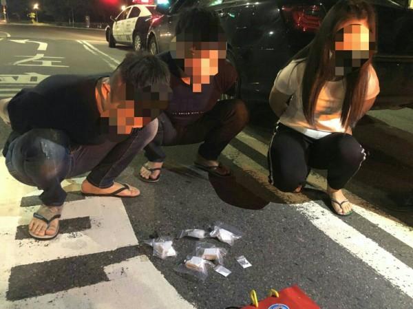 楊姓男子(左一)攜帶180公克海洛因,因無照豬隊友開車未開大燈漏餡,被保大特警查獲毒品。(記者黃良傑翻攝)