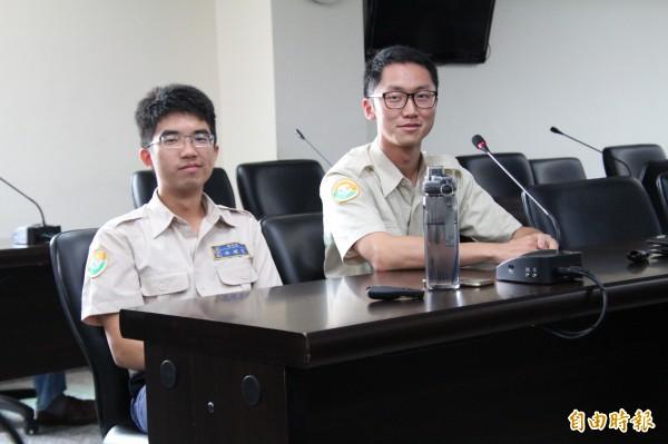 新竹縣政府環保局替代役男林峻寬(左)、林穎璇(右)將是新竹縣的末代環保替代役男。(記者黃美珠攝)