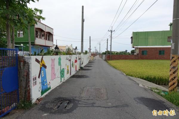 彰化伸港彰新路7段450巷被「封死」水溝蓋,就像貼「膏藥」。(記者劉曉欣攝)