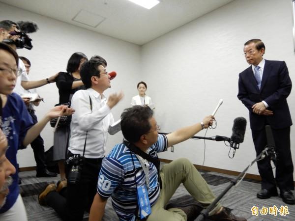 駐日代表謝長廷今天赴日本台灣交流協會轉交台灣政府賑災義援金,吸引大批日本主流媒體採訪。(記者林翠儀攝)