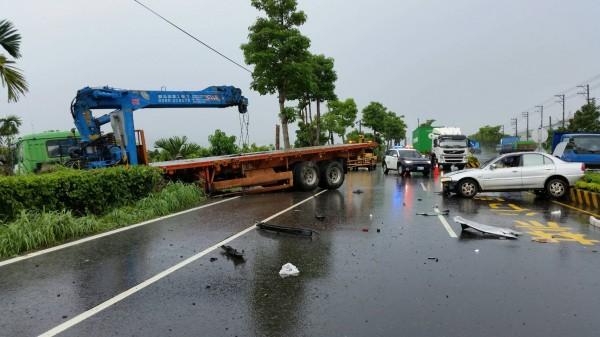 拖板車攔腰撞上自小客車,兩車橫亙北上車道。(記者陳彥廷翻攝)
