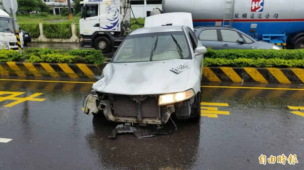 轎車撞到安全島才停下。(記者陳彥廷翻攝)