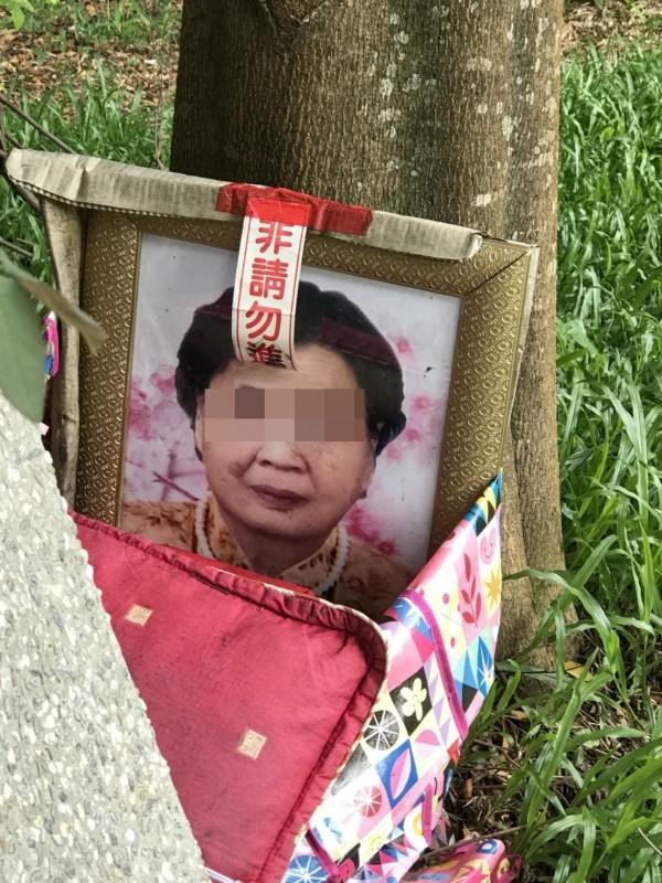 陳姓街友將母親的遺照放在公園。(記者林宜樟翻攝)