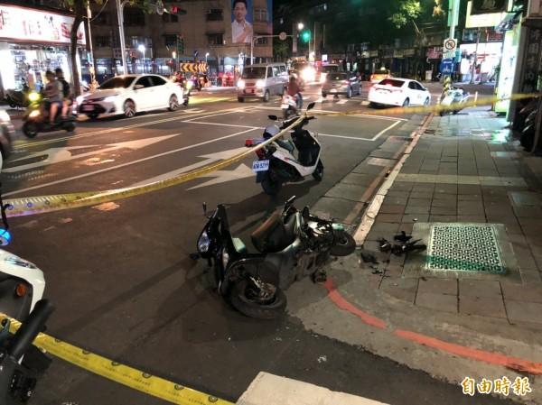 台北萬華中華路二段與西藏路口附近今晚發生一起墜樓事件,墜樓男子竟恰好壓到一名路過的機車騎士。(記者王冠仁攝)