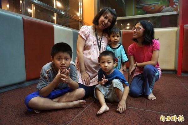 江孟芬即使大腹便便,仍常帶孩子出遊。(記者蔡淑媛攝)