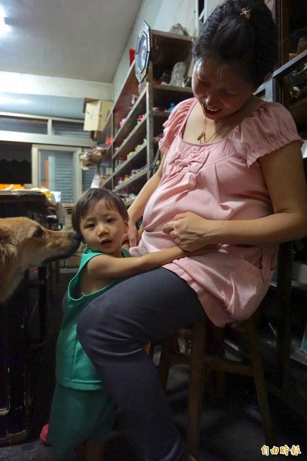 江孟芬懷第8個小孩,2歲兒子小7常親吻她的肚子期待妹妹出生。(記者蔡淑媛攝)