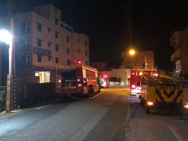位在外垵派出所對面的歐樂飯店,深夜傳出冒煙。(澎湖縣消防局提供)
