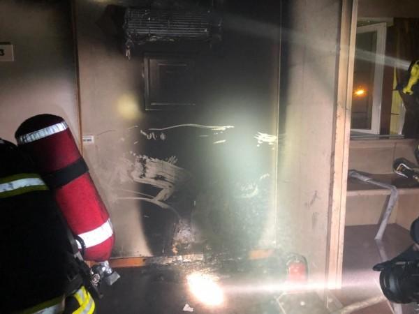 二樓無人居住的房間,冷氣機遭到燒毀疑似起火點。(澎湖縣消防局提供)