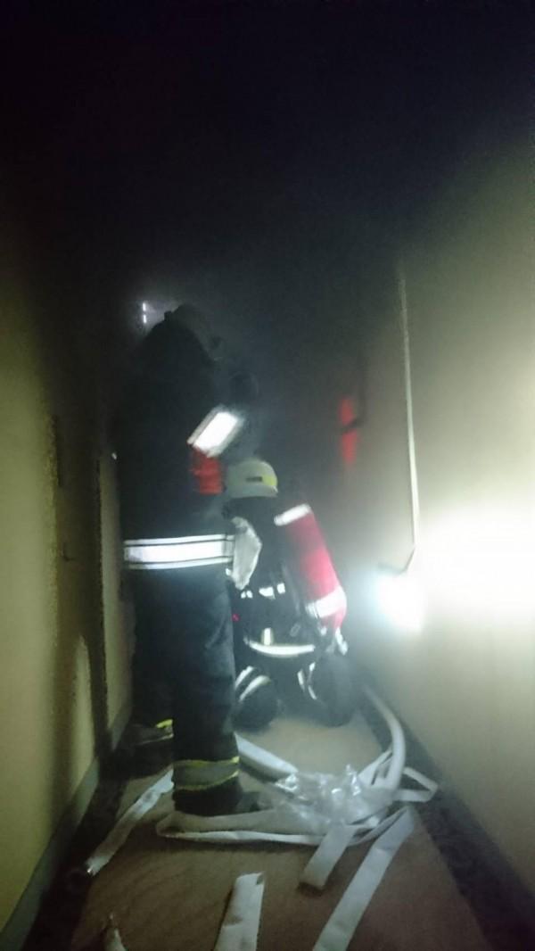 消防人員全副武裝進入火場,追查起火點。(記者劉禹慶攝)