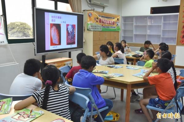 新竹縣政府衛生局舉辦校園小主播夏令營,透過團康遊戲和新聞模擬劇,小朋友在遊戲中認識吸菸與毒品帶來的危害。(記者廖雪茹攝)
