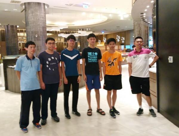 捷報!國際數奧競賽在羅馬尼亞舉辦,我國學生(由左至右)黃維坪、鄭天盛、林庭風、王師宇、施佑昇、鄭容濤共奪得3金、1銀、2銅佳績,國際排名第6名。(圖由教育部提供)