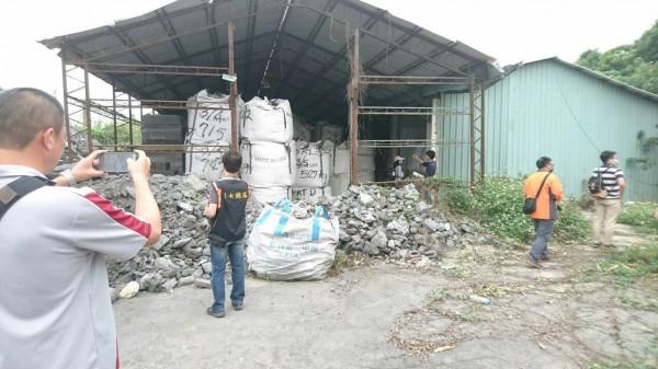廢棄物堆滿廠房。(記者蔡清華翻攝)