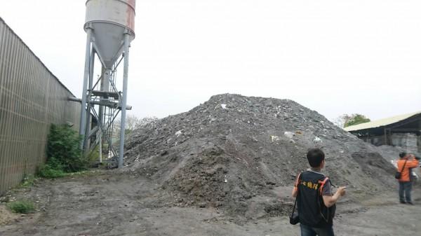 廢棄土方堆積如山。(記者蔡清華翻攝)