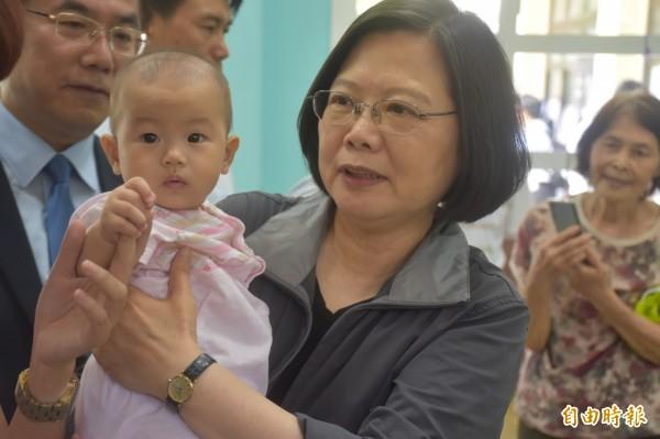 蔡英文抱著嬰兒問「他會不會哭阿?」(記者邱灝唐攝)